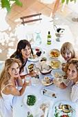 Frauen essen auf der Terrasse