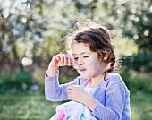 Kleines Mädchen, genussvoll essend