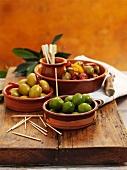 Verschiedene eingelegte Oliven in Schälchen