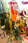 Selbstgemachte aromatisierte Öle in Flaschen zum Verschenken