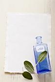 Salbeiblätter und eine blaue Apothekerflasche