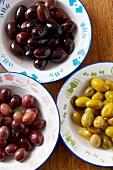 Verschiedenfarbige Oliven in Schälchen