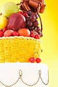 Torte mit Früchtekorb