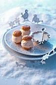 Iced macaroons with vanilla cream