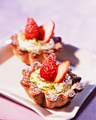 Tartlets with cottage cheese, pistachios and strawberries