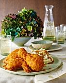 Backhähnchen mit Kartoffelpüree und Gravy auf gedecktem Tisch