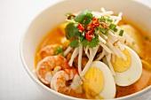 Malaysisches Gericht mit Garnelen mit gekochtem Ei und Bohnensprossen