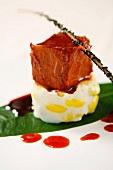 Rindfleischstück auf pochiertem Ei