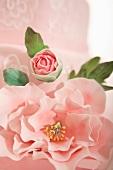 Rosa Fondanttorte mit Zuckerblumen