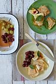 Gebratene Trauben mit Brie, Filloteig und Chili-Honig-Sauce