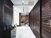Offener Wohnraum mit Flur; Braune Schiebetüren sorgen für Ordnung und Abgrenzung im Raum