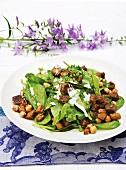 Spinatsalat mit Auberginen, Kichererbsen und Joghurtdressing