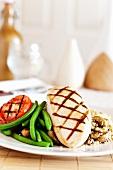 Gegrillte Hähnchenbrustfilet mit grünen Bohnen, Tomaten, Couscous und Champignons