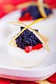 Gekochtes Ei mit Seehasenkaviar, rote Paprikawürfeln und Zitronenzeste