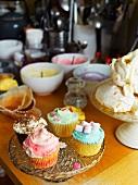 Verzierte Cupcakes und Baisergebäck in der Küche
