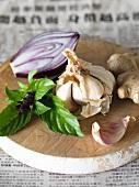 Knoblauch, Thaibasilikum, Ingwer und Zwiebel