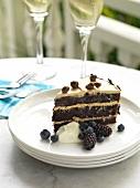 Ein Stück Schokoladen-Kaffee-Kuchen mit Beeren und Sahne