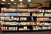 Regal mit glutenfreien Lebensmitteln im Supermarkt