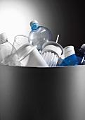 Plastikabfall im Mülleimer