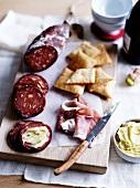 Antipasto rustico (Hartwurst, Schinken und Cracker, Italien)