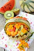 Gefüllte Melone mit Obstsalat
