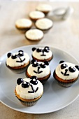 Kokos-Cupcakes mit Panda-Gesichtern