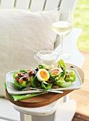 Cäsarsalat auf Gartenstuhl