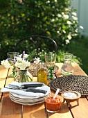 Sommerlich gedeckter Tisch im Garten