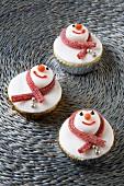 Drei Cupcakes als Schneemänner verziert