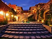 Mexikanisches Ranch-Haus: Innenhof mit Abendbeleuchtung