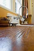 Arbeitsplatte und Spülbecken in einer Küche