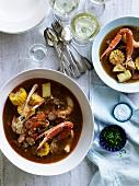 Frogmore stew (Eintopf mit Fisch, Meeresfrüchten, Gemüse, Wurst und Mais, USA)