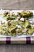 Gegrillte Polentaschnitten mit Spinat und Knoblauch