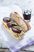 Baguettesandwich mit Hähnchenbrust, Senf und roter Zwiebel
