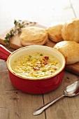Corn Chowder (Maissuppe, USA) im roten Suppentopf mit hausgemachten Biscuits