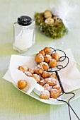 Osterbohnen, mit Puderzucker bestaubt