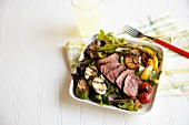 Salat mit Büffelsteak & Grillgemüse, dazu Limonade im Glas