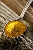 Currypulver auf Löffel
