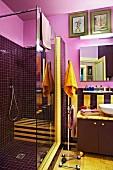 Dunkelvioletter Duschraum in eigenwilligem Badezimmer mit gelben Akzenten und vergoldeter Tür