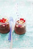 Schokoladenpudding mit roten und weissen Johannisbeeren