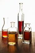 Vier verschiedene Essigflaschen