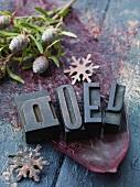 Weihnachtsdeko mit Buchstaben, Zapfen & Schneeflocken