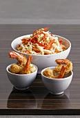 Asiatischer Kohlsalat & frittierte Garnelen in Schälchen