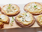 Mini pizzas topped with Jerusalem artichokes and Jerusalem artichoke puree