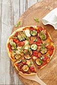Gemüsepizza mit Tomaten und Zucchini