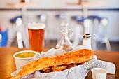 Frittierter Fisch auf Pommes frites