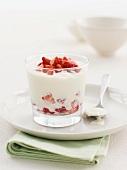 Joghurtdessert mit frischen Erdbeeren