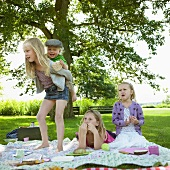 Kinder spielen beim Picknick