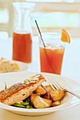 Gebratener Lachs mit Mandeln, grünen Bohnen und Bratkartoffeln