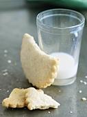 Vanilleplätzchen und Milchglas